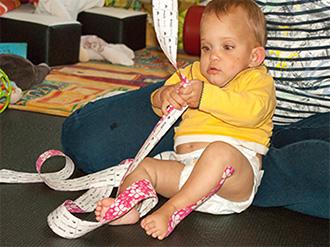 Kleinkind mit Tape